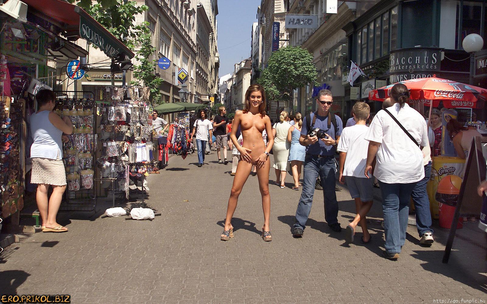 Эксбиционисты на улице 18 фотография